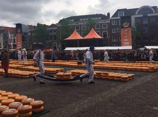 Les porteurs de fromages - marché  de Alkmaar