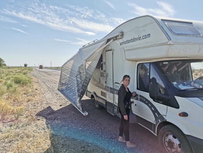 Un auvent de camping-car au vent
