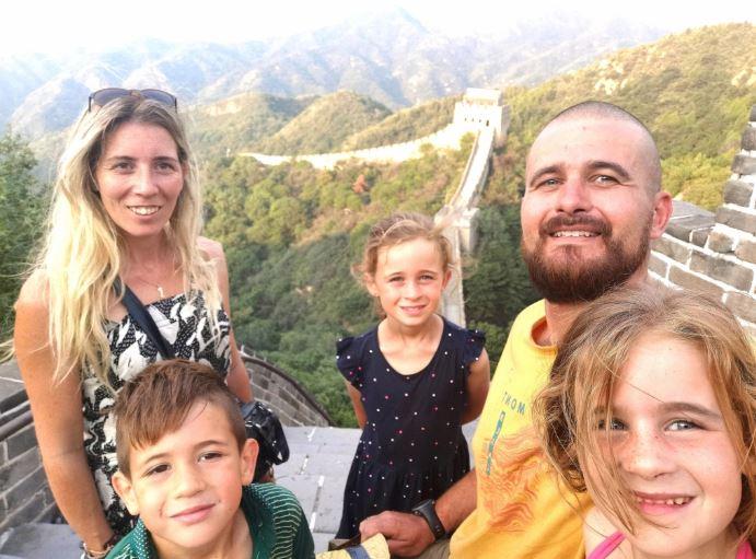 Selfie de la famille devant la muraille de chine